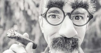 réussir son intervention homme cigare lunettes